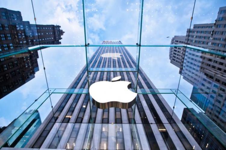 Apple store on Fifth Avenue New York, NY.