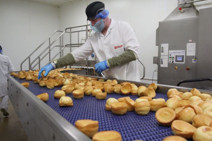 A worker at the Aunt Bessie's factory in Hull, which employs around 400 people. (BMP Media/Reach)