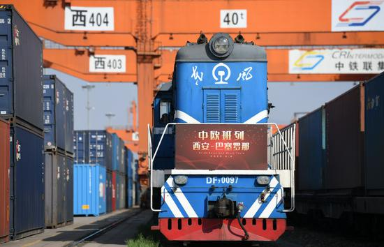 A China-Europe freight train bound for Barcelona of Spain waiting for departure in Xi'an, northwest China's Shaanxi Province, April 8, 2020. (Xinhua/Li Yibo)