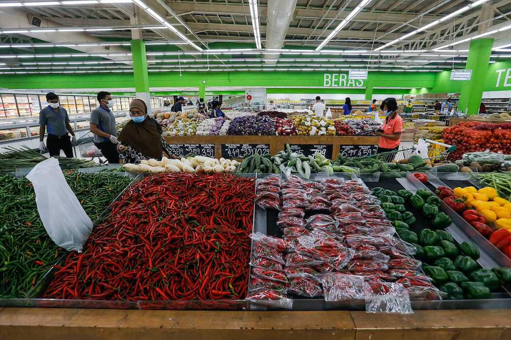 Consumers shop for groceries at Giant Hypermarket in Bayan Baru November 6, 2020. — Picture by Sayuti Zainudin
