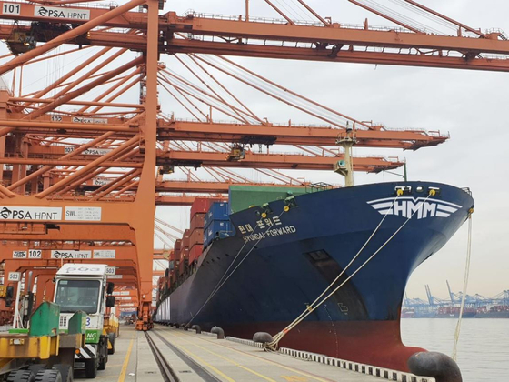 HMM's 4,600 twenty-foot equivalent unit container ship anchored at a terminal in Busan in December 2020. [YONHAP]