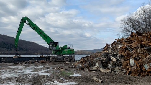 A Sennebogen 840 M was used on a power plant project in Ohio, where barge loading operations required a heavier machine with longer reach.